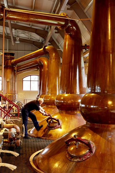 glenrothes-whisky-distillery-worker-in-stillhouse